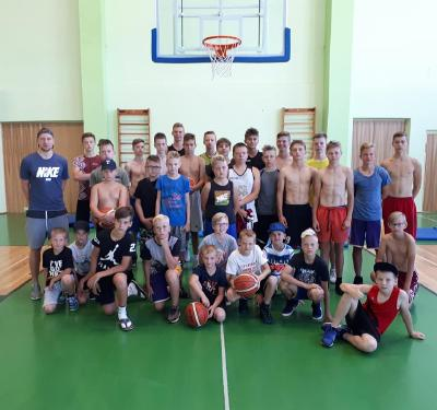 Basketbolistu dienas nometnē.